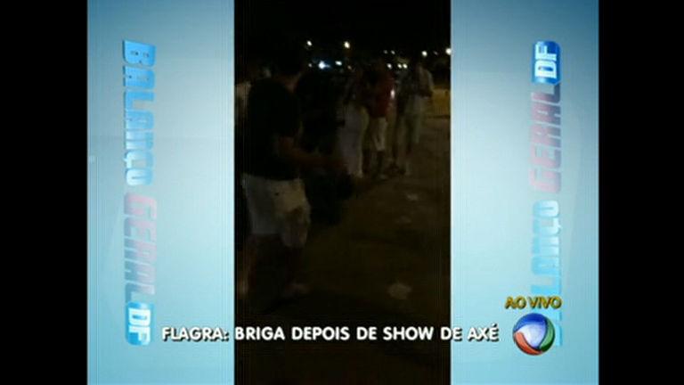 Homens são flagrados em briga em saída de show de axé - Distrito ...