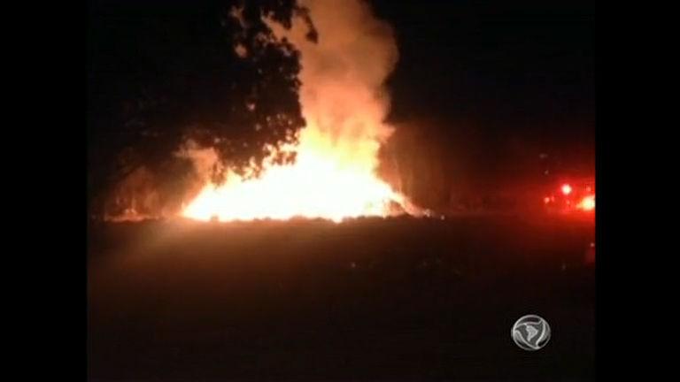 Incêndio queima lixão ao lado de batalhão da PM