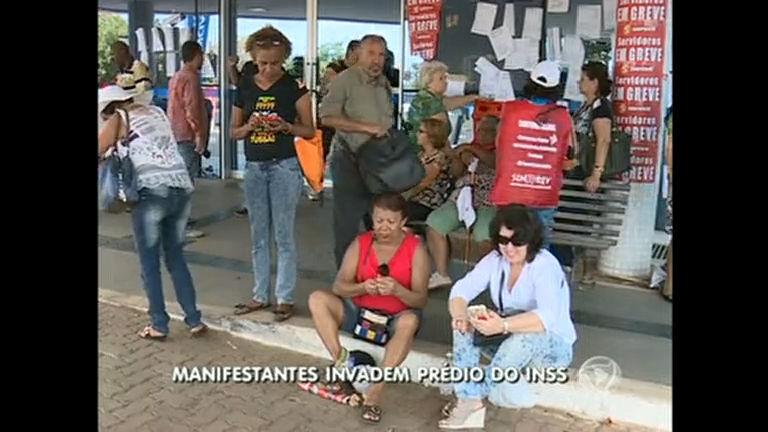 Servidores em greve invadem prédio do INSS durante protesto