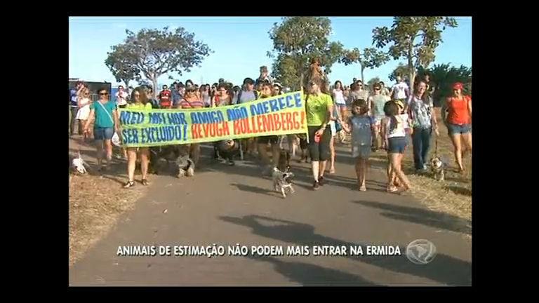 Donos de animais de estimação protestam contra proibição de pets na Ermida Dom Bosco