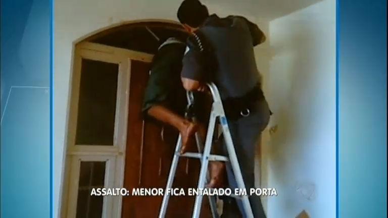 Adolescente fica entalado em janela durante tentativa de assalto