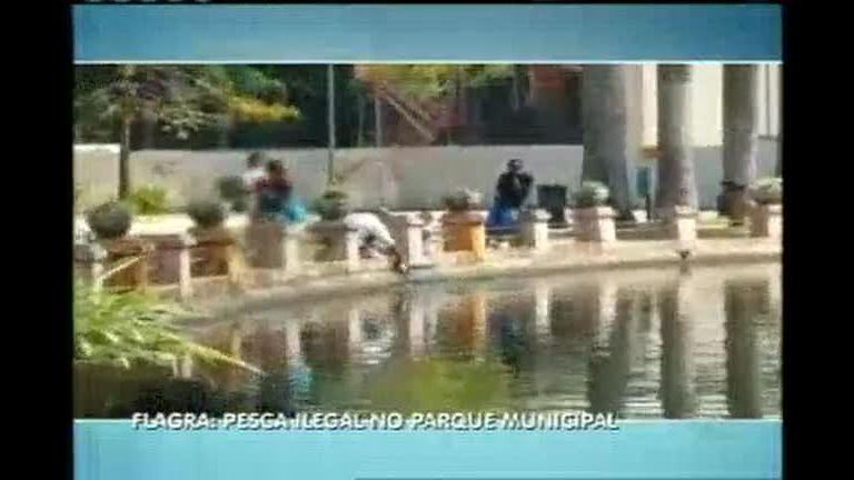 Homens são flagrados pescando em lago do Parque Municipal