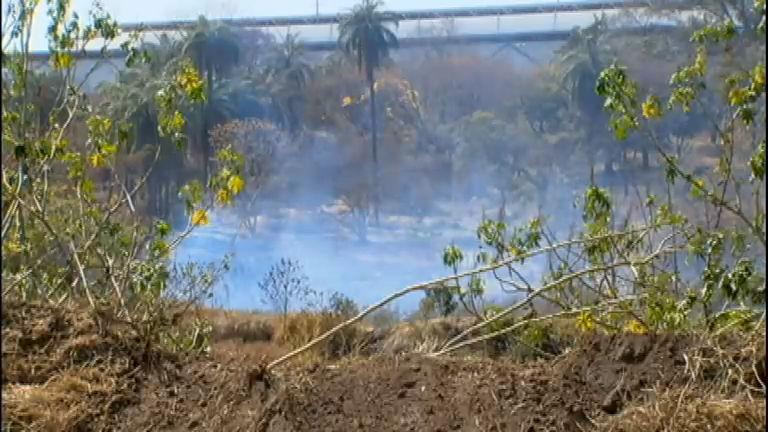 Sem água, lago libera fumaça que prejudica saúde dos moradores ...