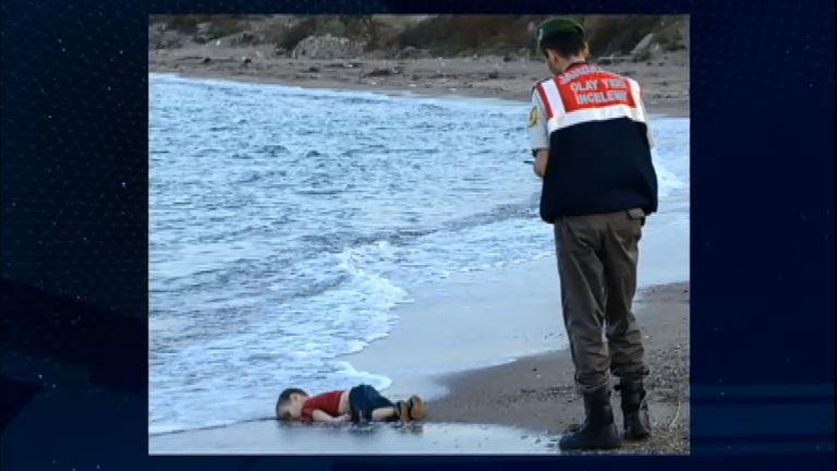 Foto de criança morta em praia alerta o mundo para a situação de ...