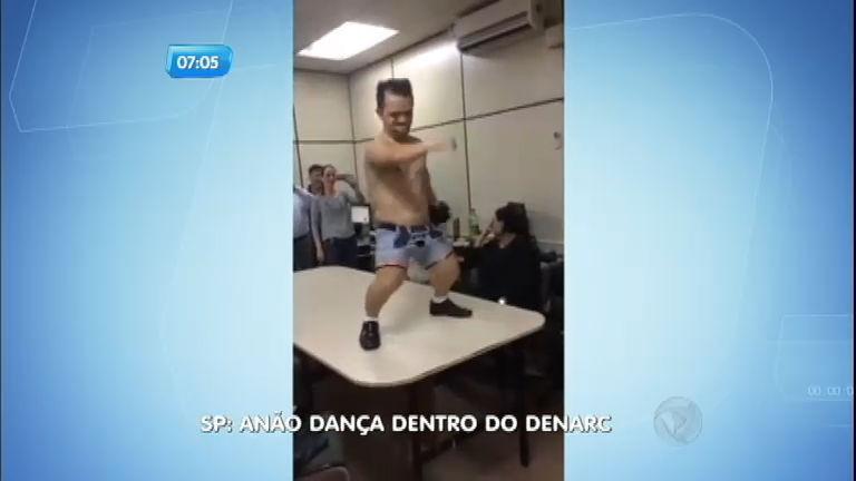 Anão faz strip-tease em festa dentro da DENARC