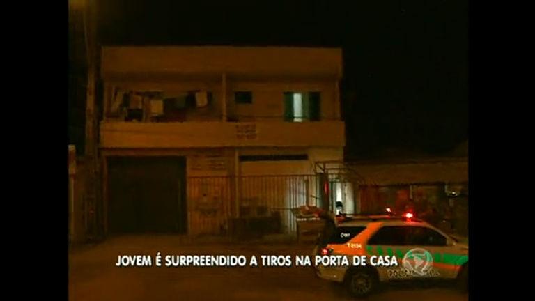 Jovem é morto a tiros na porta de casa