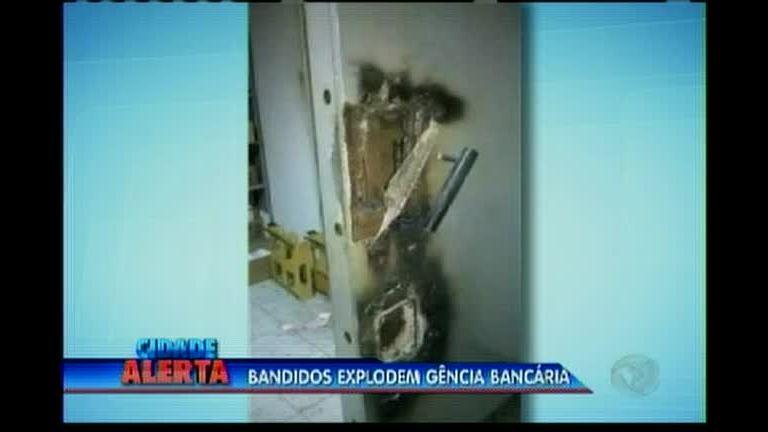 Bandidos explodem agência bancária
