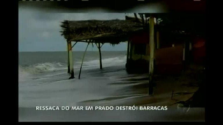 Ressaca do mar destrói barracas em Prado
