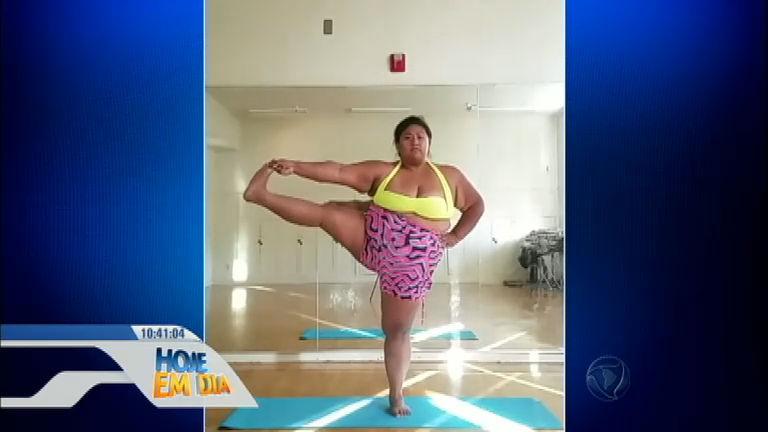 Mulher acima do peso faz sucesso nas redes sociais praticando ioga