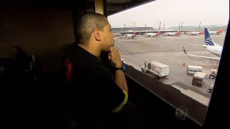 Sem ter onde morar, homens escolhem o maior aeroporto do Brasil ...