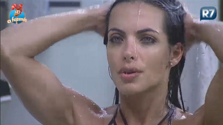 Carla esbanja sensualidade em banho - A Fazenda - R7 A Fazenda 8