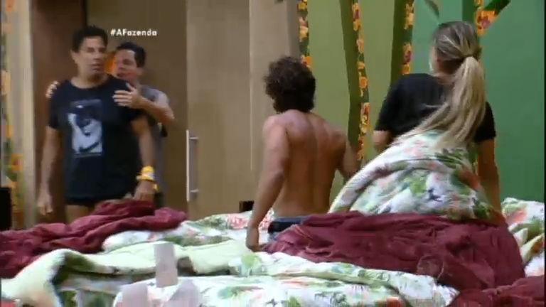 Brincadeira de peões tira a paciência de Ana Paula Minerato - A ...