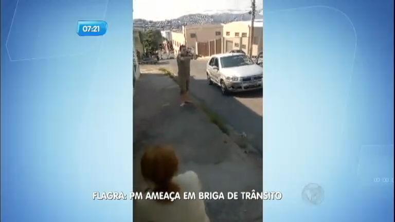 Policial usa arma para ameaçar casal durante briga de trânsito em MG