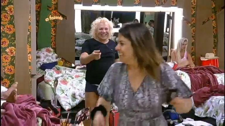 Peões brincam e discutem relação após a Festa Havaiana - A ...