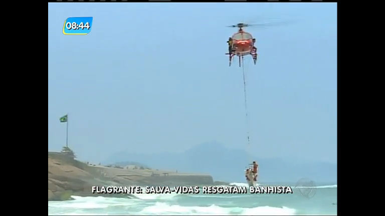 Flagrante: banhista é resgatado por salva-vidas durante feriado no ...