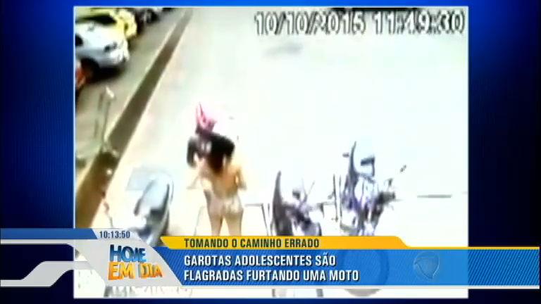 Adolescentes roubam moto em estacionamento de mercado em ...