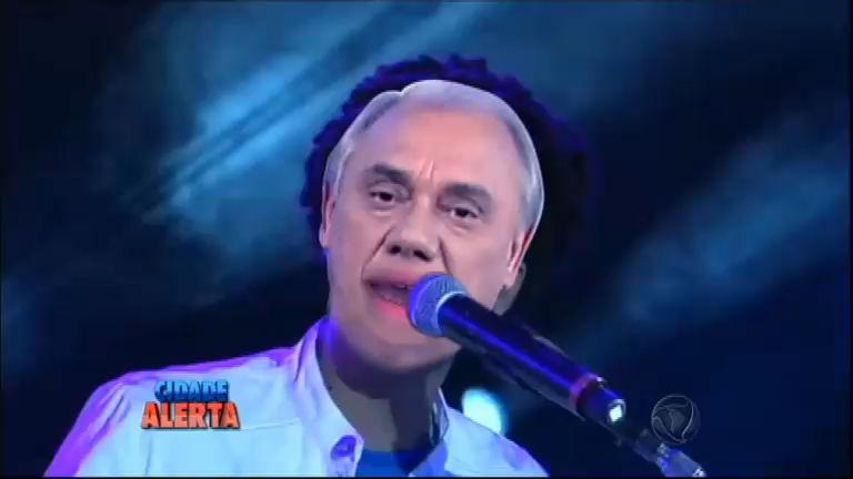 Só sucesso! Marcelo Rezende lança música em show com Latino