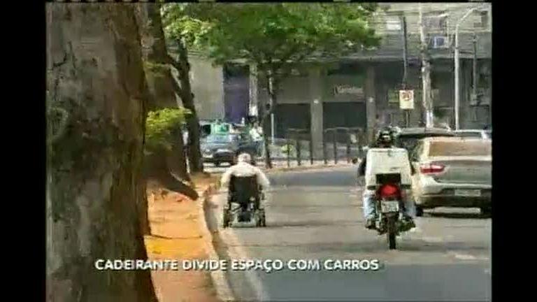 Cadeirante divide espaço com carros em avenida de BH