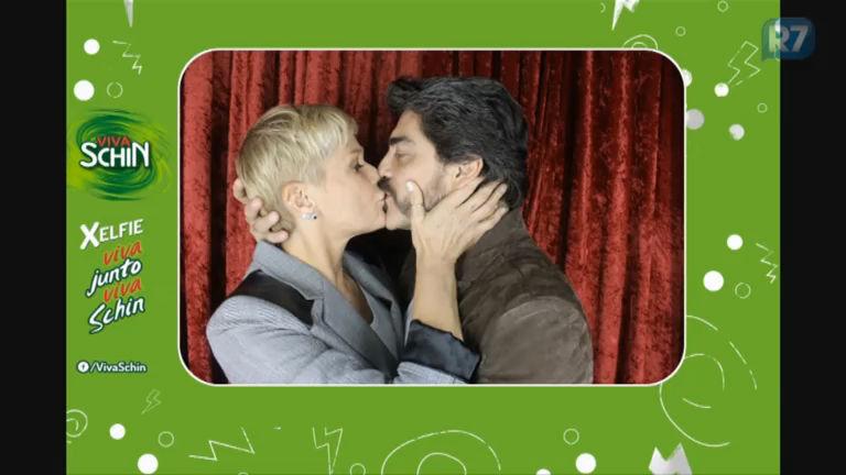 Xelfie: Xuxa e Junno dão beijo apaixonado na cabine da Schin ...