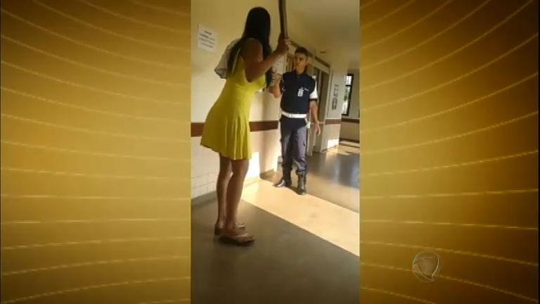 Sem vacina para o filho, mulher surta em posto de saúde do DF e é presa