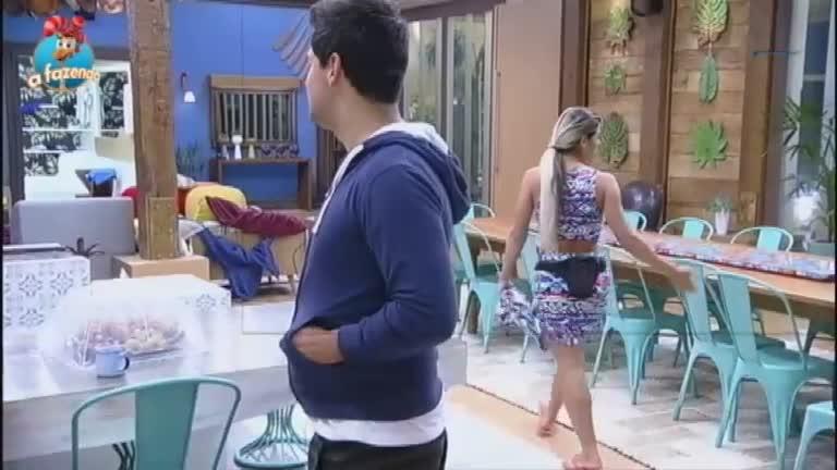 Com ciúmes, Thiago chama Ana Paula de Maria microfone