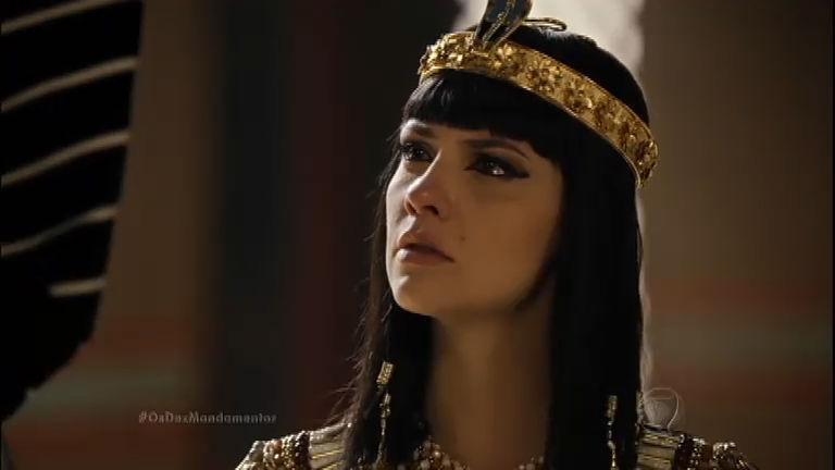 Nefertari chora e pede para Ramsés libertar os escravos, mas o rei se nega