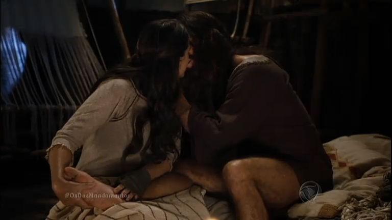 Arão e Elizeba se beijam apaixonadamente e pensam em sua saída do Egito