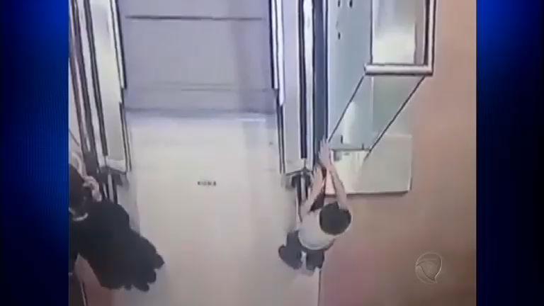 Criança se pendura e cai no vão de escada rolante na Rússia ...
