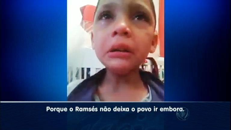 Menino chora porque Ramsés não deixa o povo hebreu ir embora ...