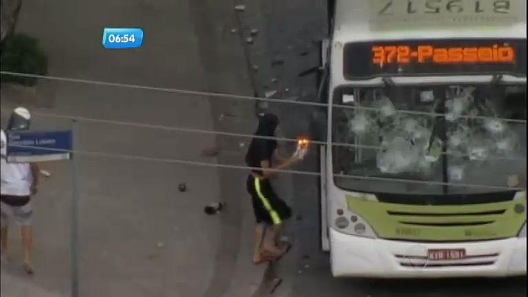 Novo caso de violência policial gera protesto com ônibus ...