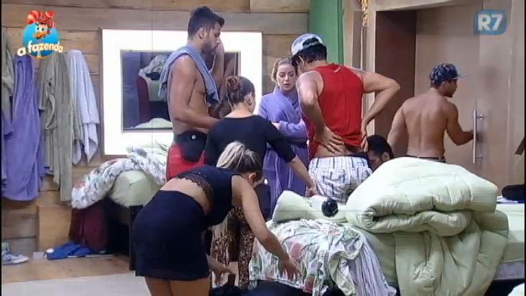 Luka Ribeiro machuca o joelho no quarto da sede - A Fazenda - R7 ...
