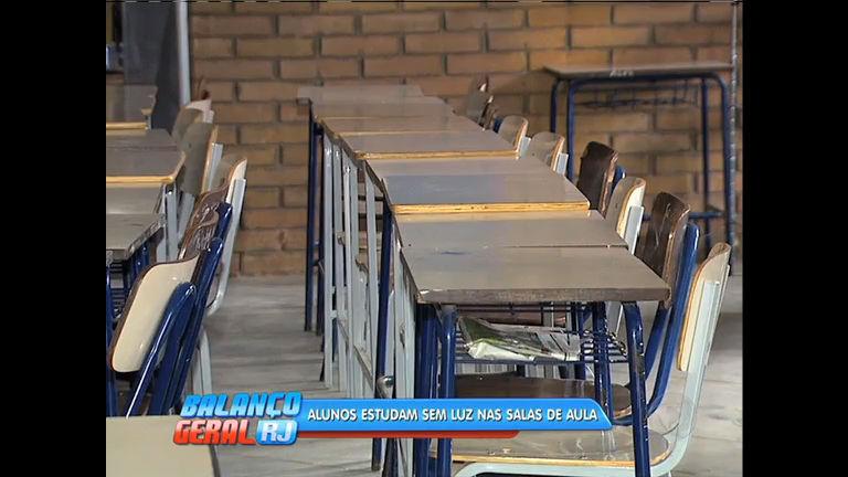 Alunos estudam em salas de aula sem luz em Xerém - Rio de ...