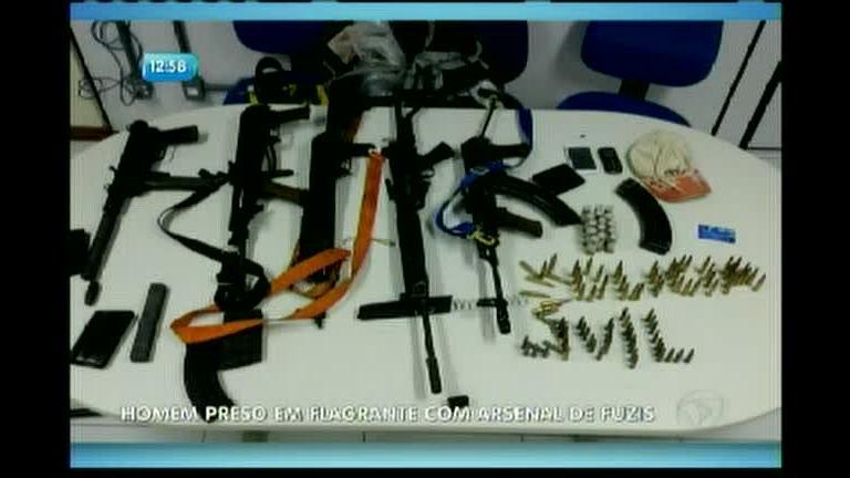 Homem é preso em flagrante com arsenal de fuzis