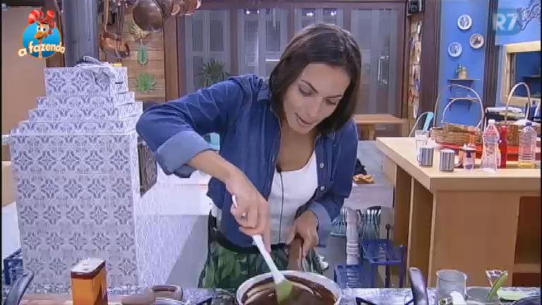Encantada, Carla não poupa elogios para sua calda de chocolate ...