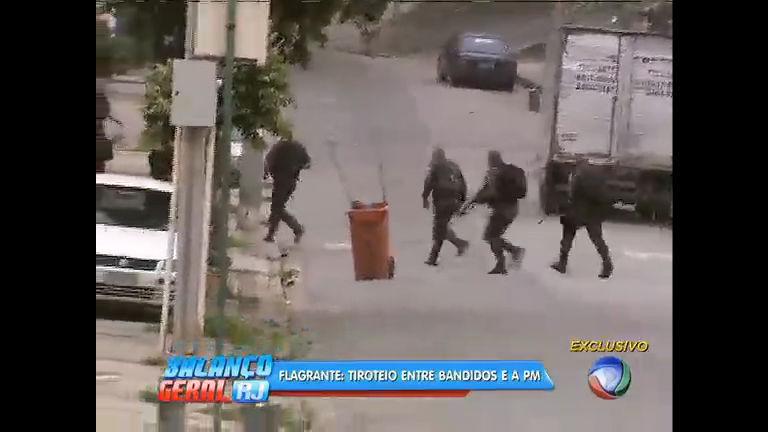 vídeo mostra bandidos atirando contra policiais na Praça Seca