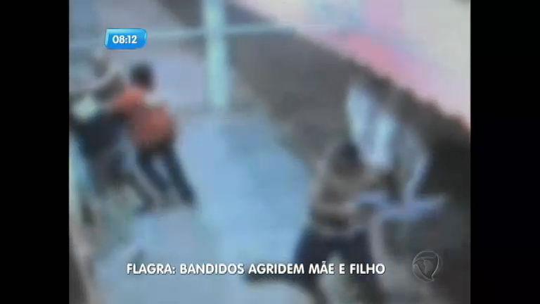 Flagra: bandidos agridem mãe e filho durante assalto a bar em ...
