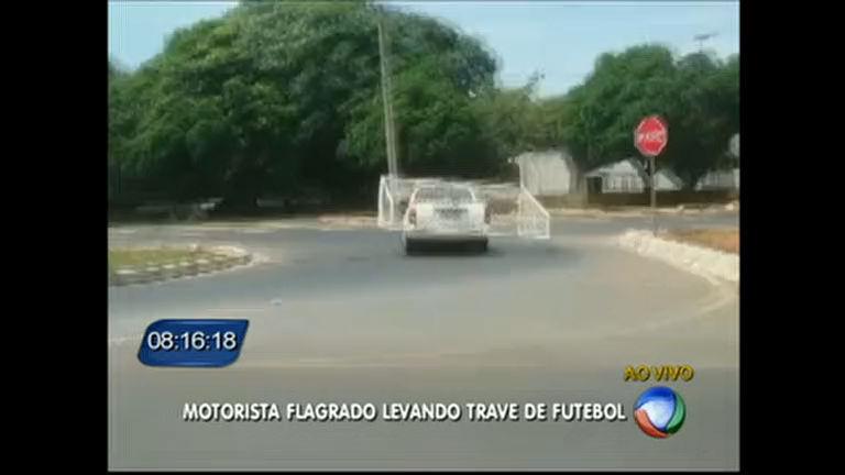 Motorista leva trave de futebol na carroceria do carro - Distrito ...
