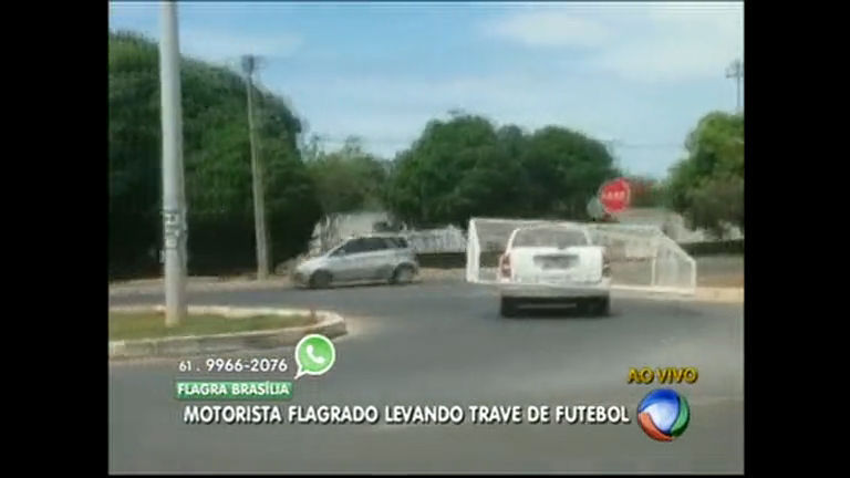 Motorista é flagrado carregando trave de futebol - Distrito Federal ...