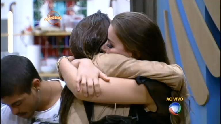 Mara Maravilha e Carla Prata se despedem dos peões antes da ...