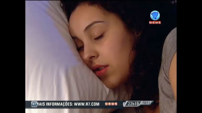 Posição de dormir pode influenciar no aparecimento de rugas ...