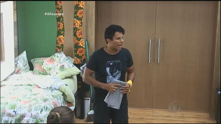 Luka Ribeiro fala para Fazendeira que está insatisfeito com a atividade que executa