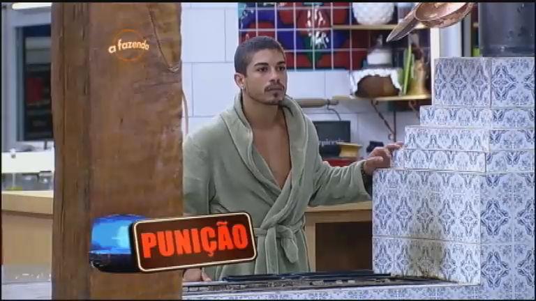 Peões ganham punição com erro de Douglas Sampaio