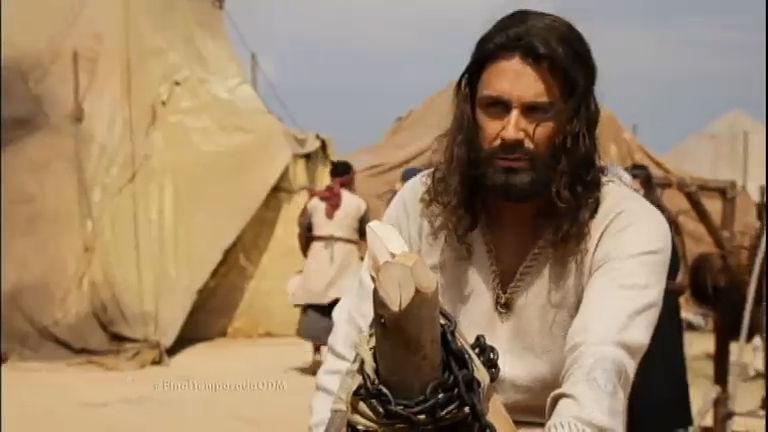 Arão constrói bezerro de ouro e os hebreus o adoram ...