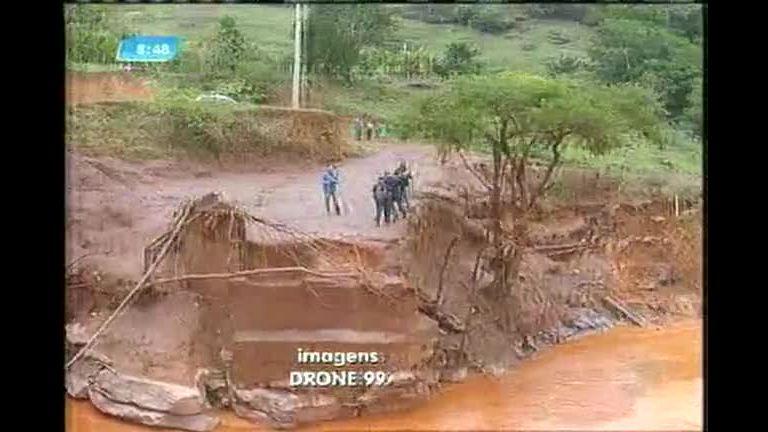 Escolas ficam ilhadas após rompimento de barragem em Mariana (MG)