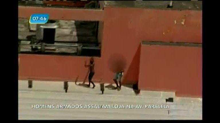 Homens armados assaltam loja na avenida Paralela