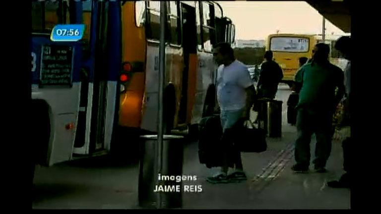 Passageiros fazem longa caminhada depois de chegar de ônibus no aeropto