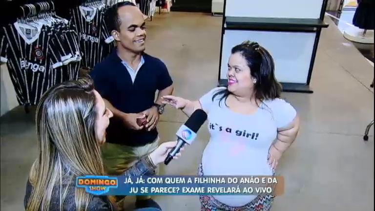 Anão Marquinhos e Ju revelam nome da filha e compram roupinhas na loja do Corinthians