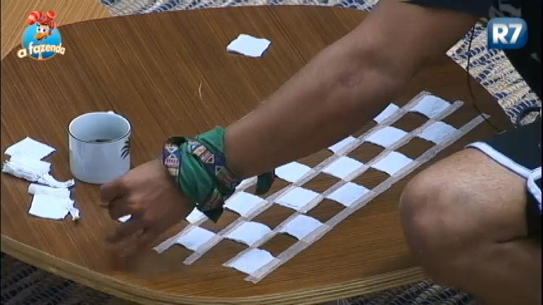 Criatividade! Douglas cria tabuleiro com pedaços de papel na mesa