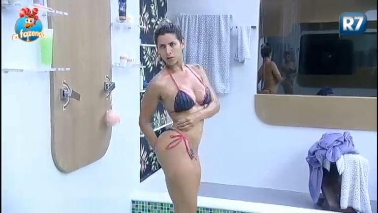 Ana Paula toma banho relaxante antes do almoço neste domingo (29)