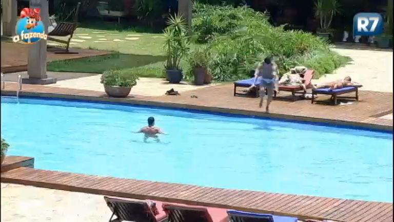 Curtição: peões aproveitam tarde de sol na piscina nesta terça-feira ...
